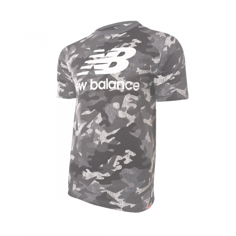 camiseta-new-balance-printed-essentials-stacked-logo-t-camo-0.png