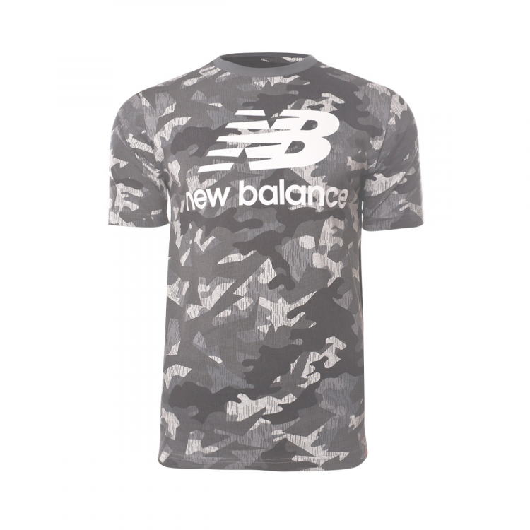 camiseta-new-balance-printed-essentials-stacked-logo-t-camo-1.png