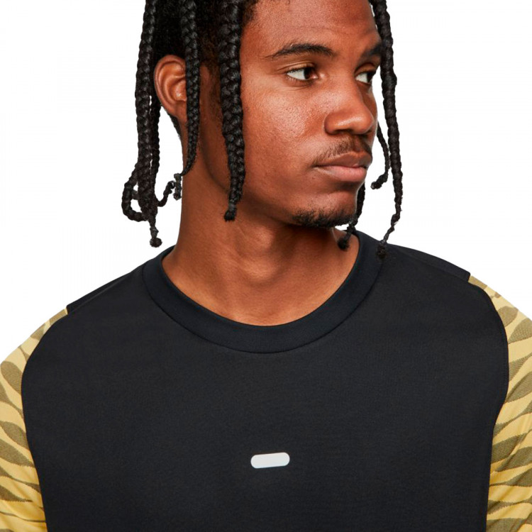 camiseta-nike-dri-fit-strike-black-saturn-gold-black-2.jpg