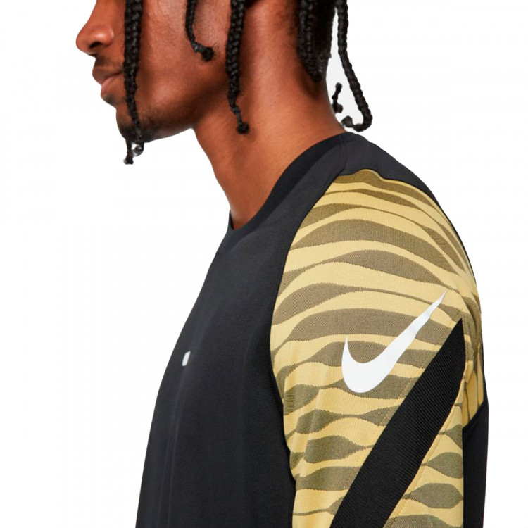 camiseta-nike-dri-fit-strike-black-saturn-gold-black-3.jpg