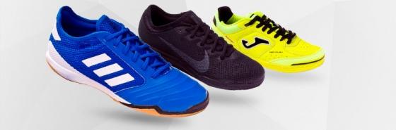 97a8be041a437 Tenis de fútbol sala y guantes para portero en una tienda ...